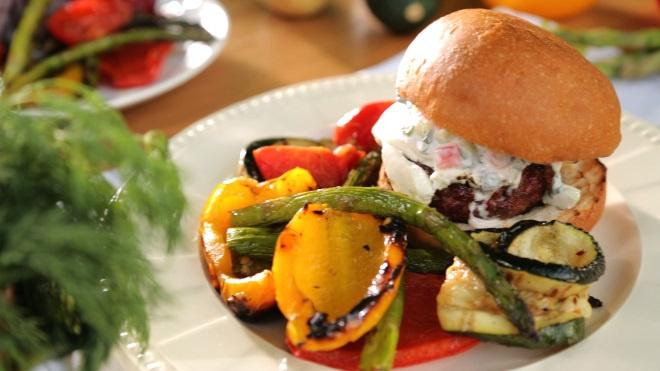 Бургеры с сыром фета и овощами гриль