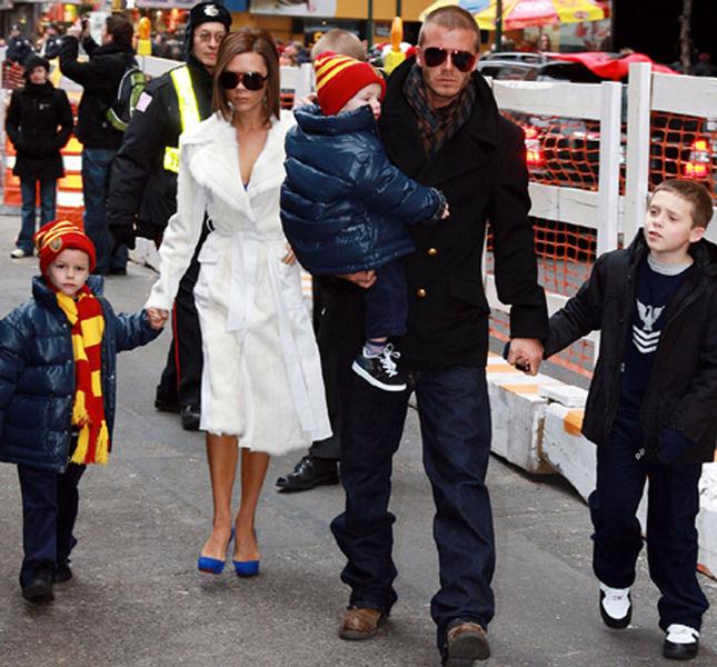 Виктория, Дэвид и трое сыновей – Бруклин (справа), Круз (на руках отца) и Ромео (за руку с Пош)
