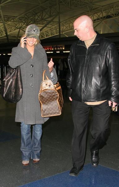 Джессика Симпсон с телохранителем и Дэйзи в одной из своих шикарных сумок