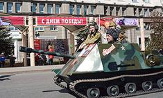 По Челябинску на танке, вейкборде и… диване