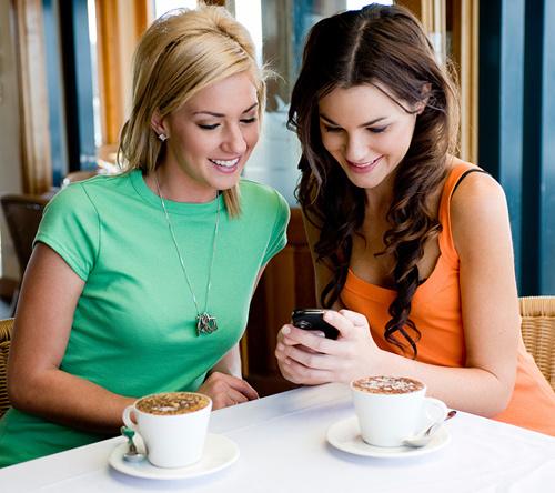 Отправляйтесь с коллегами на обед в кафе, чтобы поделиться впечатлениями от поездки и узнать о текущих делах компании.