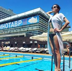 Купальный сезон на «Кинотавре»: звезды отдыхают у бассейна