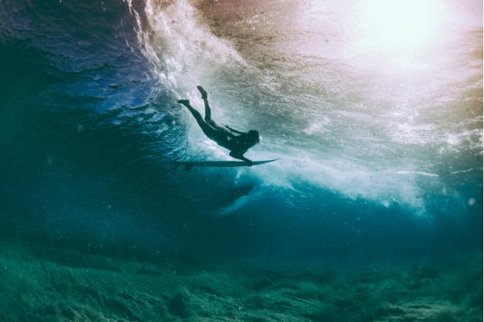 Серфер в глубине вод