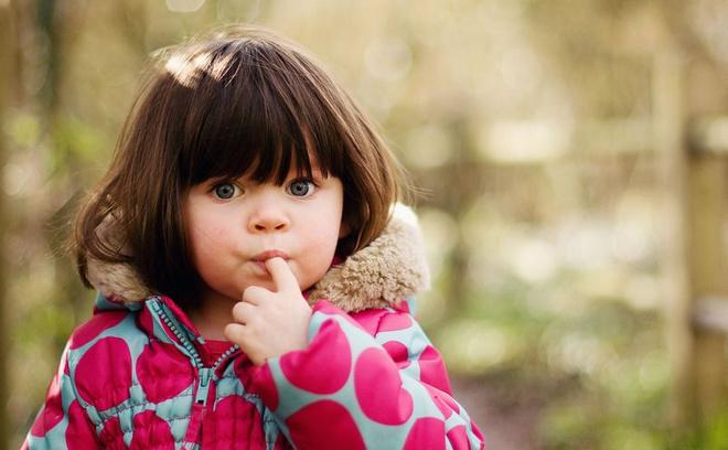 Почему ребенок тянет пальцы в рот