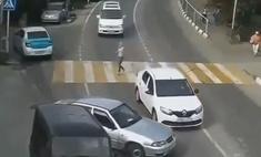 Видео с автомобилем, который не врезается, не врезается, а потом все-таки врезается