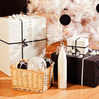 Несмотря на необычность интерьера, подарки для хозяев и гостей уложены в привычном месте – под новогодней елкой.