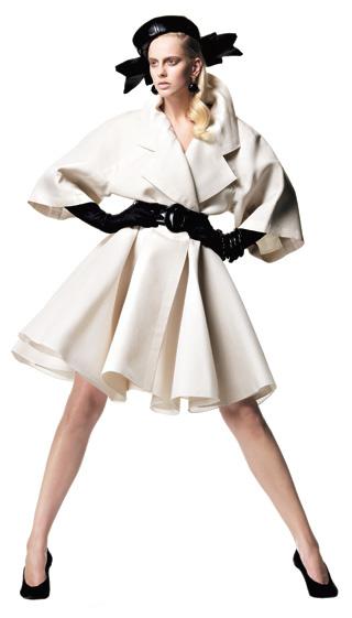 1991 Джан- франко Ферре для Christian Dior. Коллекция haute couture весна—лето Короткий тренч из газара, широкий пояс из лакированной кожи, лакированная шляпа с узлом, металлические клипсы с позолотой и камнями, кожаные перчатки, браслет с камнями, кожаные туфли-лодочки.