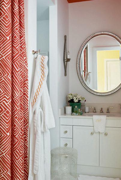 Ванная комната. Все, от встроенной мебели до халата, сделано на заказ.