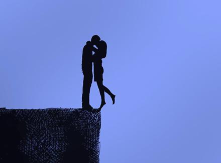 Мужчина и женщина, стоящая на краю пропасти