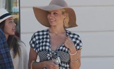 Памела Андерсон ходит по Каннам в купальнике