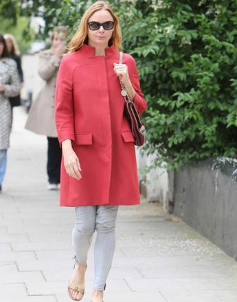 Стелла МакКартни (Stella McCartney) в красном пальто прямого кроя