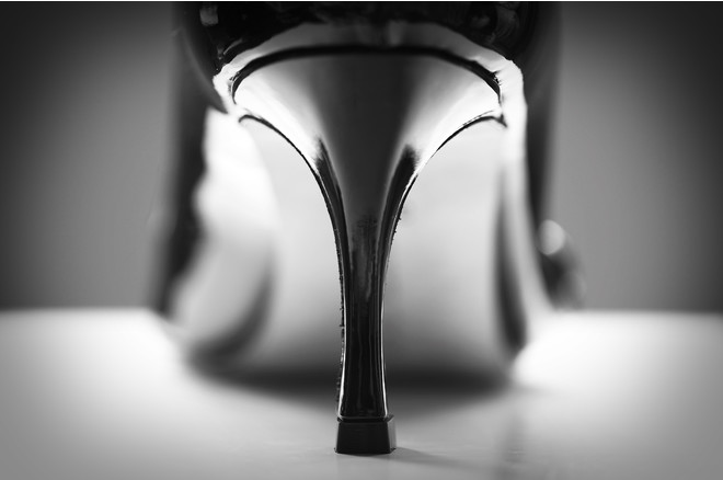 С чем носить черные лакированные туфли