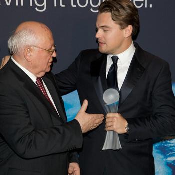 Михаил Горбачев вручает приз Лео Ди Каприо