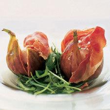 Салат из инжира, пармской ветчины и моцареллы