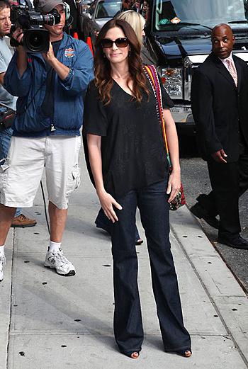 Папарацци поймали Джулию за несколько минут до начала шоу Дэвида Леттермана, на которое актриса была приглашена представить «Ешь, молись, люби».