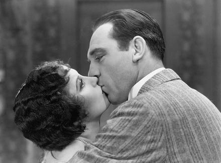 Девушка с мужчинем целуются в постеле a затем секс