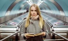 В Петербурге вышел календарь с читающими в метро девушками