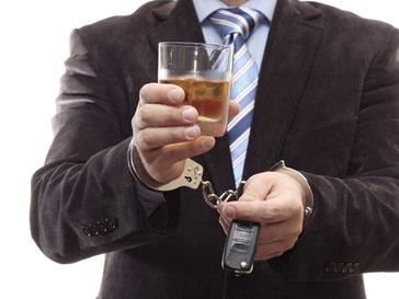 Задержанный водитель с бокалом в руке