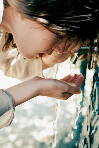 В жару очень важно пить достаточное количество воды
