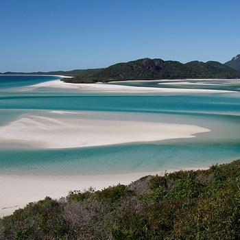 Километры белоснежного песка - это наследство умирающих и разрушающихся рифов. Сам песок по консистенции напоминает снег, а в воде превращается в удивительную смесь, напоминающую... крем для торта!