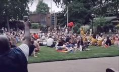 мужик экспромтом петь песню bon jovi окружающие подхватывают