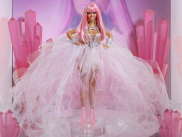 Кукла Барби в виде Ники Минай облачена в роскошное белое платье