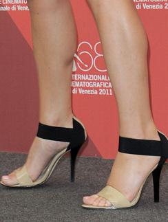 Оригинальные туфли Кейт Уинслет (Kate Winslet) идеально гармонировали с ее нарядом