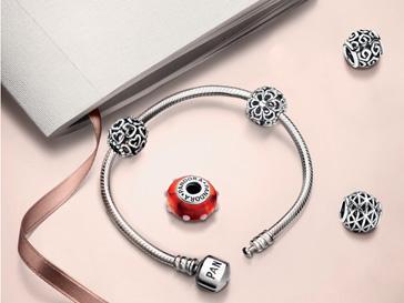 Серебряный браслет, две подвески и шарм мурано можно купить за 6000 рублей вплоть до 31 августа 2012 года