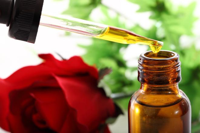Эфирное масло розы - свойства и применение косметологического средства