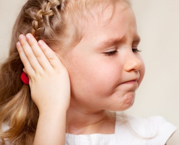 Боль в ухе у ребенка: как лечить? Видео
