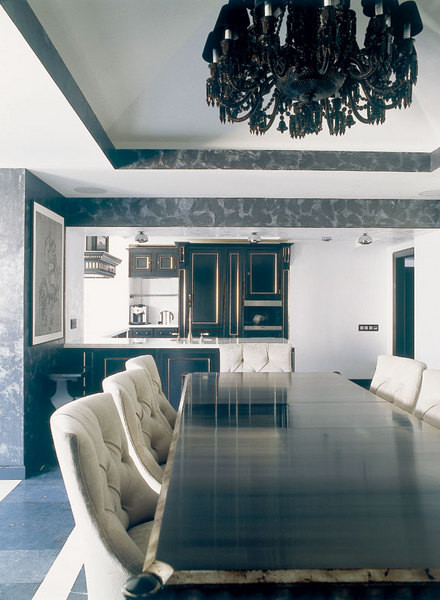 Для кухни, совмещенной со столовой, выбрана монохромная гамма
