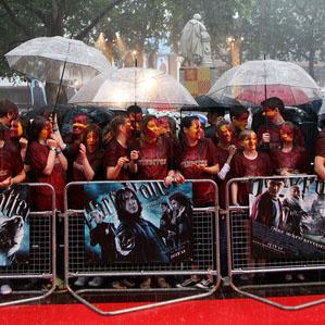Поклонники Гарри Поттера под проливным дождем