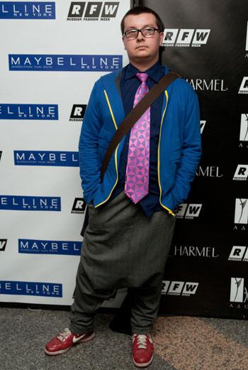 Спортивный шик: очередная вариация на тему брюк-афгани дополнена галстуком с геометрическим принтом и однотонной олимпийкой.