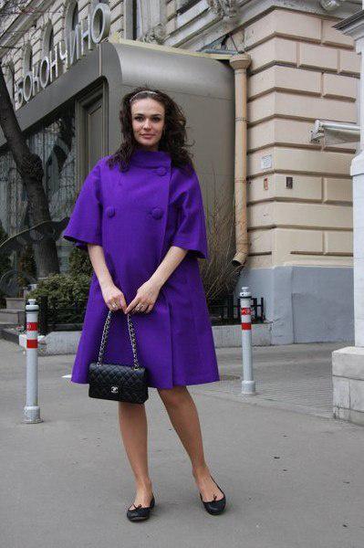 Алена Водонаева в пальто трапеция