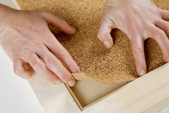 Используя универсальный клей, на фанере закрепляют пробковое покрытие. Если пробка слишком тонкая, понадобится приклеить ее в два-три слоя