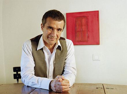 Ги Корно (Guy Corneau), юнгианский психоаналитик, живет в Квебеке (Канада), автор многих книг, среди которых бестселлер «Снова жить!» («Revivre!», Les Éditoins de l'Homme, 2010), где он рассказал о своем опыте борьбы с раком. Эксперт Psychologies, ведет теле- и радиопередачи по психологии, читает лекции и проводит семинары в разных странах. Сайт guycorneau.com