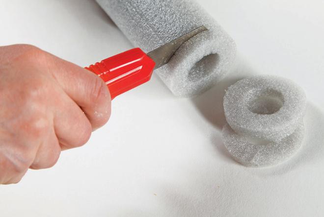 С помощью ножа для бумаги теплоизоляцию длятруб аккуратно режут наколечки небольшой толщины.