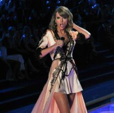 Тейлор Свифт открыла шоу Victoria's Secret в пеньюаре