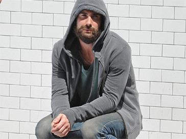 Адам Левин (Adam Levine) отныне усат и бородат.