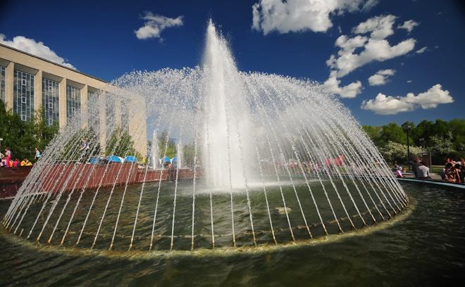 Один из самых красивых фонтанов Новосибирска на площади Пименова перед ГПНТБ.