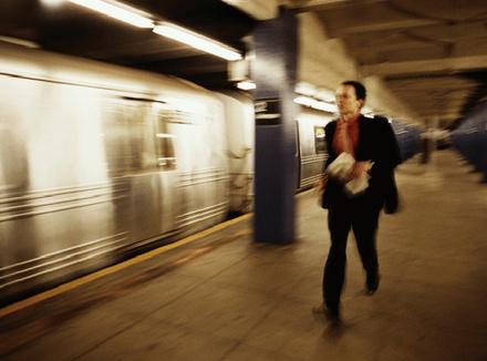 Мужчина, бегущий вслед уезжающему поезду