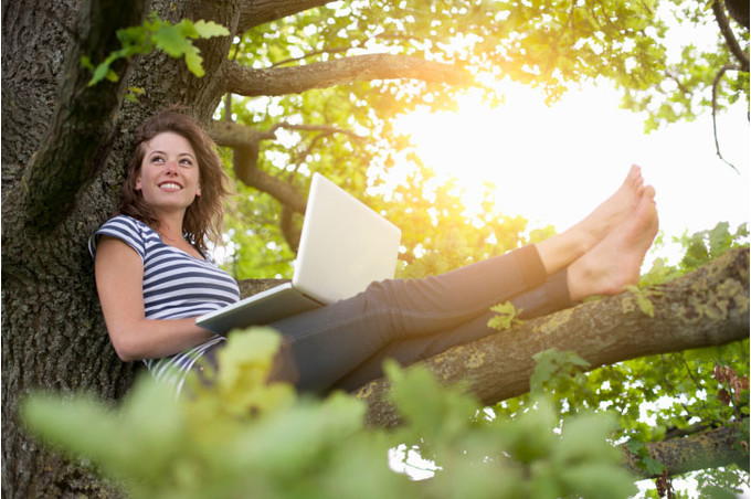 Женщина работает на дереве