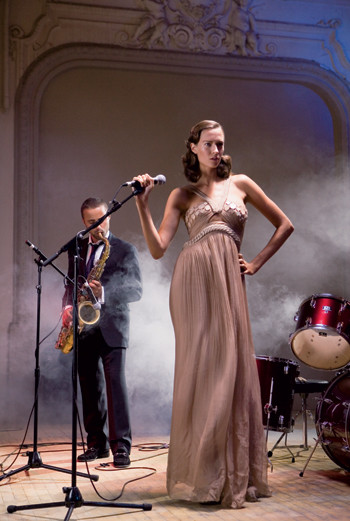 Платье, Versace; туфли на высоком каблуке, Roberto Cavalli