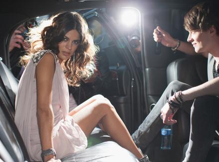 Молодая пара в автомобиле