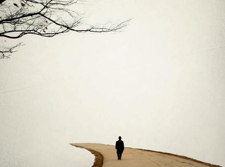 Одинокий человек на дороге