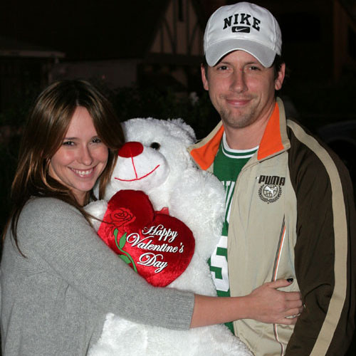 Дженнифер Лав Хьюитт с плюшевым медведем от жениха Росса Макколла