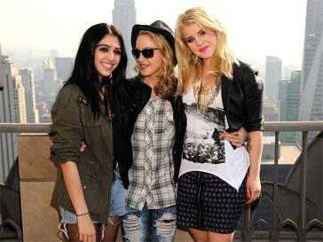 Лурдес Леон и Мадонна научат девочек-подростков ухаживать за собой.