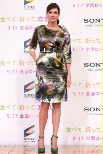На пресс-конференции в Токио Джулия появилась в шелковом платье изумрудного цвета с крупными цветами и замшевых туфлях на танкетке.