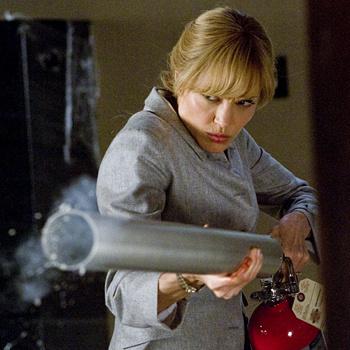 Для съемок в «Солте» Джоли нарастила мышечную массу, а также научилась собирать бомбу из огнетушителя.