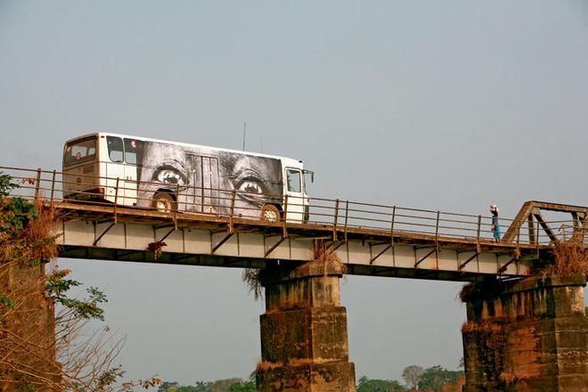 Портреты на автобусах